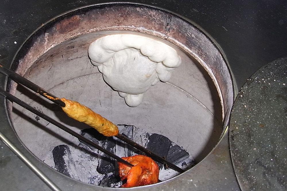 タンドールで焼くナン